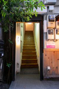 ワンキッチン建物階段入り口