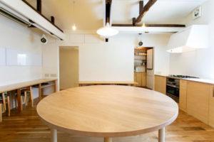 15人が座れる特製丸テーブル