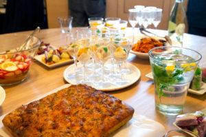 彩ある料理が映えるシンプルな食器