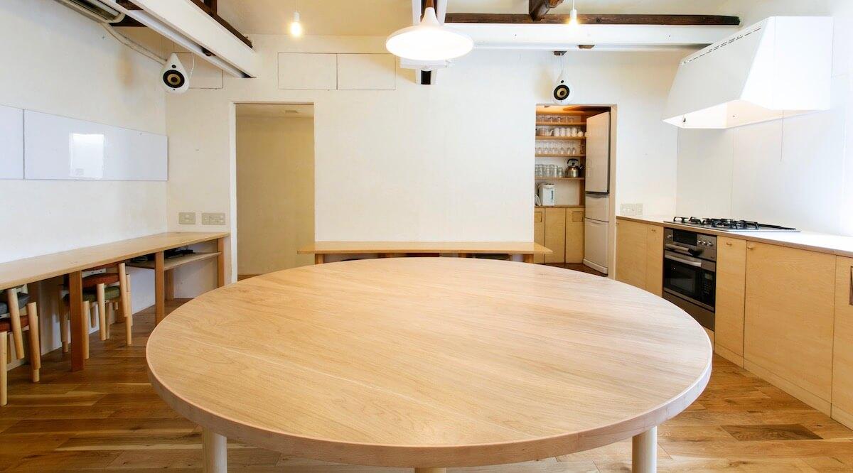 丸テーブルを囲むがコンセプトのレンタルキッチン