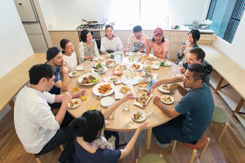 大きな丸テーブルで囲むレンタルキッチン