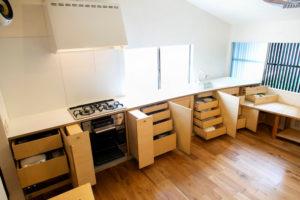 収納たっぷりの型キッチン