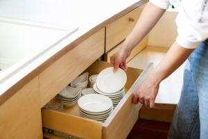 使い勝手の良い木製の食器棚